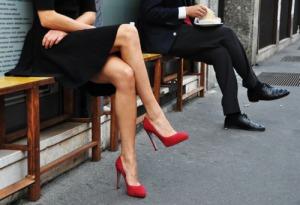 picioare-de-femeie-cu-pantofi-rosii-si-picioare-de-barbat-cu-pantofi-negri