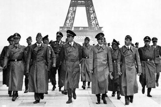 1-iconic-photographs-1940-hitler-paris2